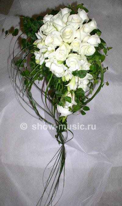 Свадебный букет из белых роз и фрезий